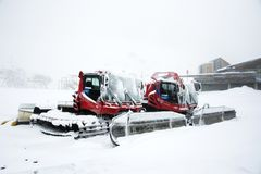Schneepflugmaschinerie, die Schnee auf dem Boden in Tirol, Österreich pflügt Lizenzfreie Stockfotografie