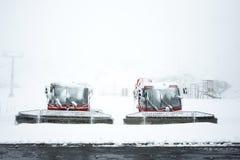 Schneepflugmaschinerie, die Schnee auf dem Boden in Tirol, Österreich pflügt Lizenzfreies Stockfoto