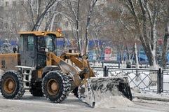 Schneeräumung auf die Straße stockbild