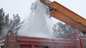 Schneeräumung auf die Straßen Nahaufnahme von fallenden Schneebällen von einem Schneepflug und in einen LKW-Körper Städtische Sta stock footage