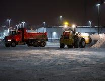 Schneeräumung mit Tandem-Dumptruck und Lader Lizenzfreie Stockfotografie
