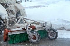 Schneeräumungsausrüstung befestigt zum Traktor Hintere Ansicht, Nahaufnahme Lizenzfreie Stockfotografie