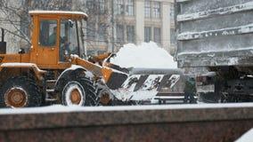 Schneeräumungsfahrzeug, das Schnee in der Stadt entfernt stock video