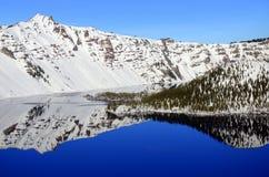 Schneereflexion im Crater See, Oregon Lizenzfreie Stockfotos