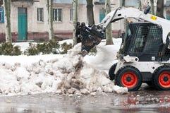 Schneereinigungsmaschine auf den Straßen der Stadt Stockbild