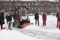 Schneeschaufel bei der Arbeit Lizenzfreie Stockfotografie