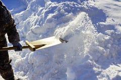 Schneeschaufel, die zu Hause säubert Sonnenlicht ` s Brunnen ein Korn Lizenzfreie Stockfotografie