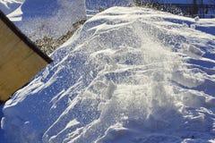 Schneeschaufel, die zu Hause säubert Sonnenlicht ` s Brunnen ein Korn Lizenzfreie Stockbilder