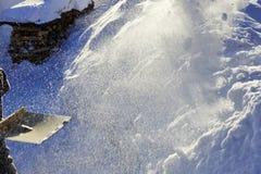 Schneeschaufel, die zu Hause säubert Sonnenlicht ` s Brunnen ein Korn von sno Stockfotografie