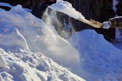 Schneeschaufel, die zu Hause säubert Sonnenlicht ` s Brunnen ein Korn von sno Stockbilder