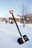 Schneeschaufel mit gelbem Griff Stockfotografie