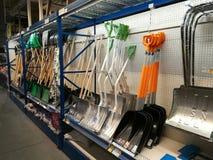 Schneeschaufeln für Verkäufe bei Selgros Stockbild