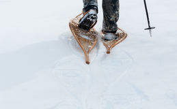 Schneeschuhe werden im tiefen Schnee benutzt Lizenzfreies Stockbild