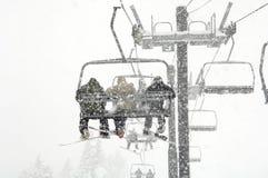 Schneeskifahren während des Schneefalles Stockfotografie