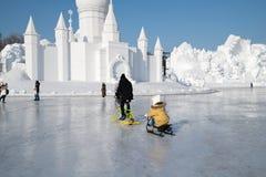 Schneeskulpturen, welche die Harbin-Schnee-Skulpturen 2018 lplaying sind auf dem Eis, sledging küssen Lizenzfreie Stockfotografie