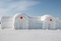 Schneeskulpturhaus - Harbin-Schnee-Skulpturen 2018, die auf dem Eis, sledging lplaying sind Lizenzfreie Stockfotografie