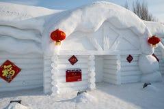 Schneeskulpturhaus - Harbin-Schnee-Skulpturen 2018, die auf dem Eis, sledging lplaying sind Lizenzfreies Stockfoto