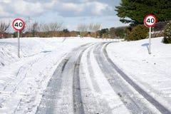 Schneespuren auf einer Landstraße. Stockbild