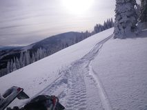 Schneespuren in den Bergen Lizenzfreies Stockfoto