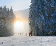 Schneestaub blenden das Glänzen auf Winterskifahrensteigung Lizenzfreie Stockbilder