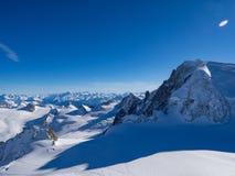 Schneesteigung mit Berg gegen blauen Himmel und steile Spitzen der Alpen, Mont Blanc, Frankreich Stockfoto