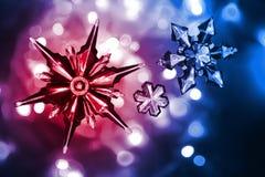 Schneesterne als netter Weihnachtshintergrund Stockbilder