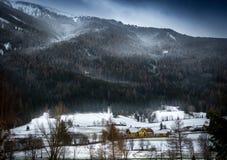 Schneesturm über den österreichischen Alpen gewachsen mit Wald Stockbild