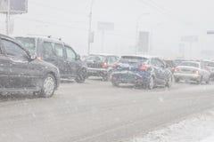 Schneesturm auf den Straßen im Dezember in Kiew, Ukraine Snowy und nichts Sicht auf der Straße lizenzfreies stockfoto