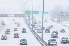 Schneesturm auf der Autobahn während der Hauptverkehrszeit Lizenzfreies Stockfoto