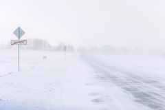 Schneesturm auf einer Landstraße im Tageslicht stockfotos