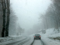 Schneesturm auf einer Straße Lizenzfreies Stockfoto