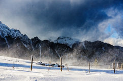 Schneesturm in den Karpatenbergen Stockbild