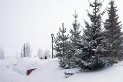 Schneesturm in der Stadt, große Haufen des Schnees, Stadtbild im Winter Lizenzfreies Stockfoto