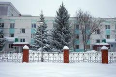 Schneesturm in der Stadt, große Haufen des Schnees, Stadtbild im Winter Lizenzfreie Stockfotos