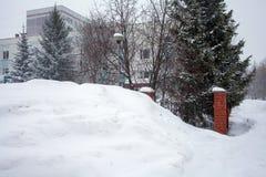 Schneesturm in der Stadt, große Haufen des Schnees, Stadtbild im Winter Stockfoto