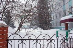 Schneesturm in der Stadt, große Haufen des Schnees, Stadtbild im Winter Stockbild