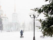 Schneesturm in der Stadt im Februar Stockfoto