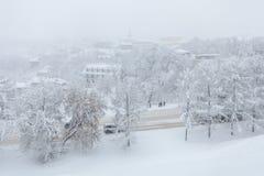 Schneesturm in der Stadt Leute stehen an einer Bushaltestelle in einem Blizzard Stockfotos
