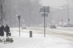 Schneesturm in der Stadt Schwieriges Fahren Lizenzfreies Stockfoto