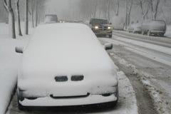Schneesturm, schneebedeckte Straße und Autos Lizenzfreies Stockbild