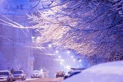 Schneesturm, schneebedeckte Straße und Autos während der Schneefälle in t Stockbild