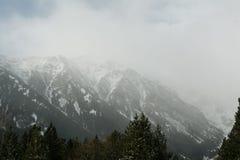 Schneesturm in Winter Pyrenäen-Bergen Blizzard und schneebedeckte Bergspitzen Stockfoto