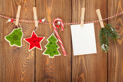Schneetannenbaum, Fotorahmen und Weihnachtsdekor auf Seil Stockfoto