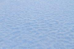 Schneeteppich bei Wintersonnenuntergang lizenzfreies stockfoto