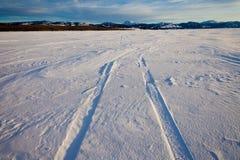 Schneewehe- und Gummireifenspuren Lizenzfreie Stockbilder