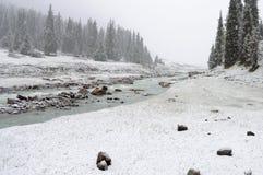Schneewetter auf dem Gebirgsfluss Lizenzfreies Stockfoto