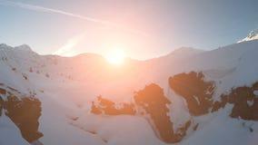 Schneewinterlandschaftsgebirgsnatursonnenuntergang-Vogelperspektivefliege über Tourismus stock footage