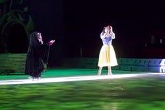 Schneewittchen und böse Hexe, die Apfel essen Stockbild