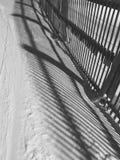 Schneezaun und Schnee mit Schatten lizenzfreie stockfotografie