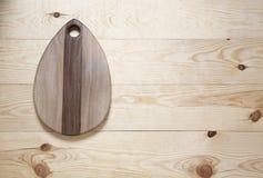 Schneidebrett auf einer Holzoberfläche Lizenzfreies Stockfoto